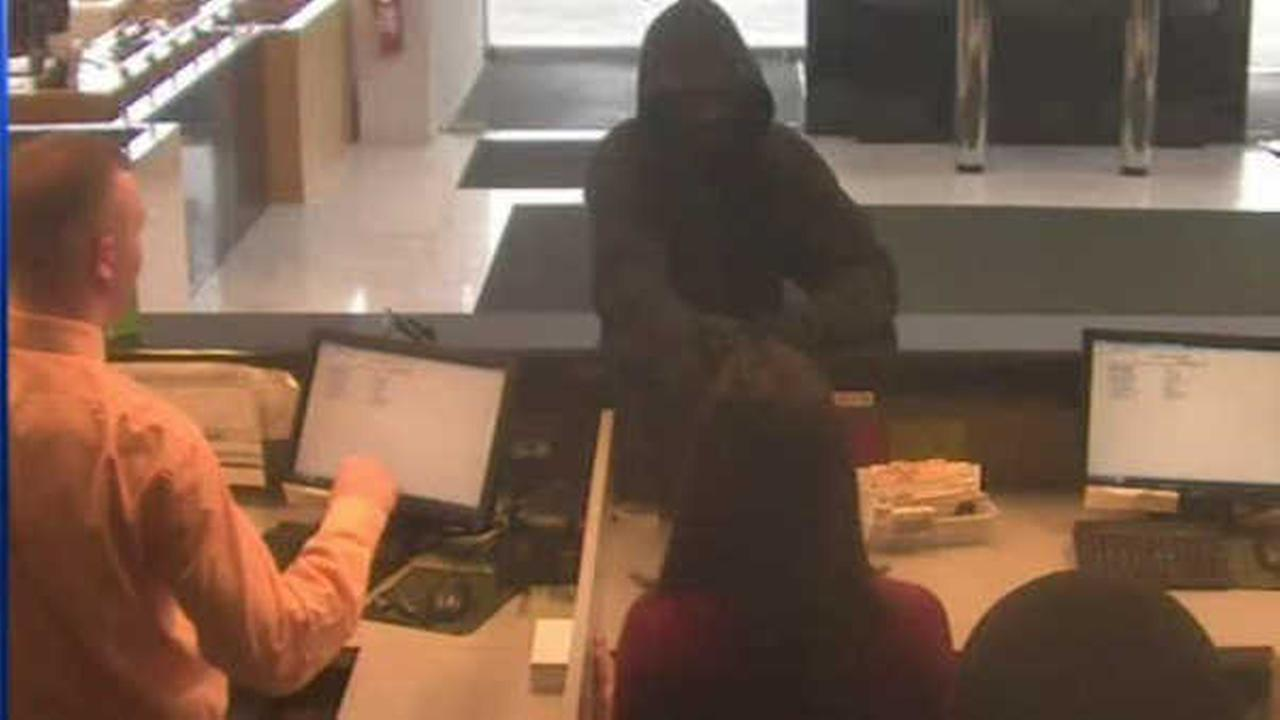 Police looking for two robbers who held up bank in Massapequa