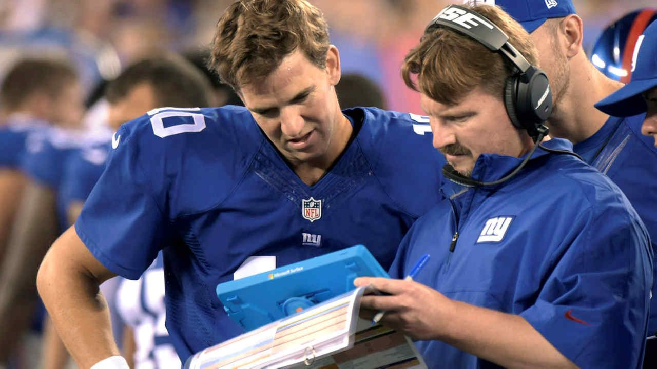 New York Giants offensive coordinator Ben McAdoo confers with quarterbacks Eli Manning