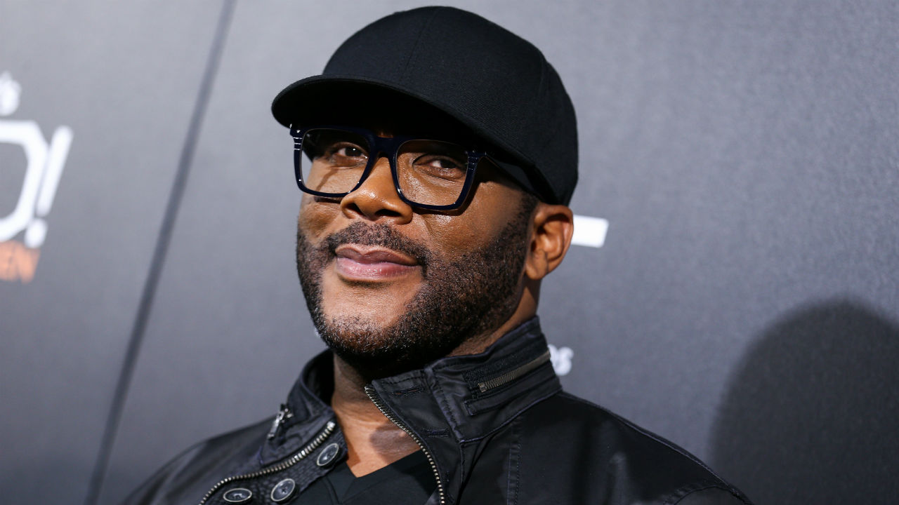 Tyler Perry pays off $430K of layaway items at 2 Walmart stores