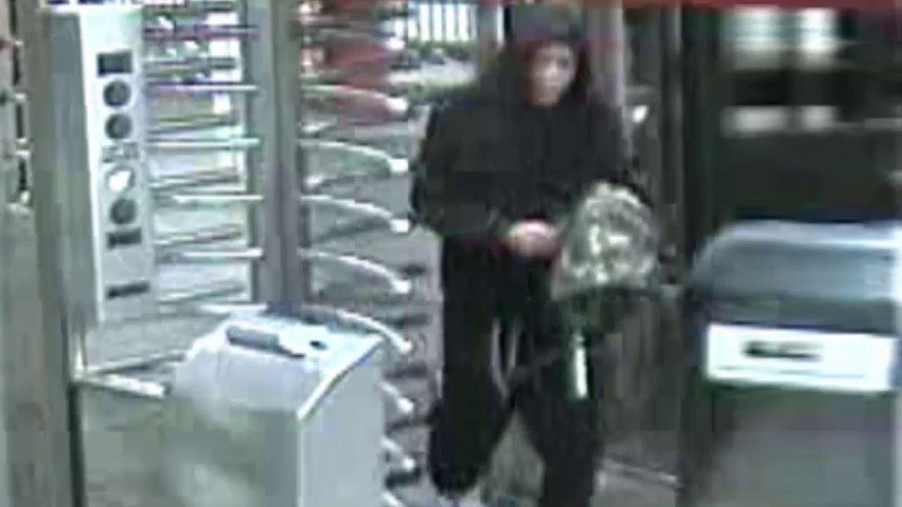 Man robbed in Bronx subway station by man with knife, police say