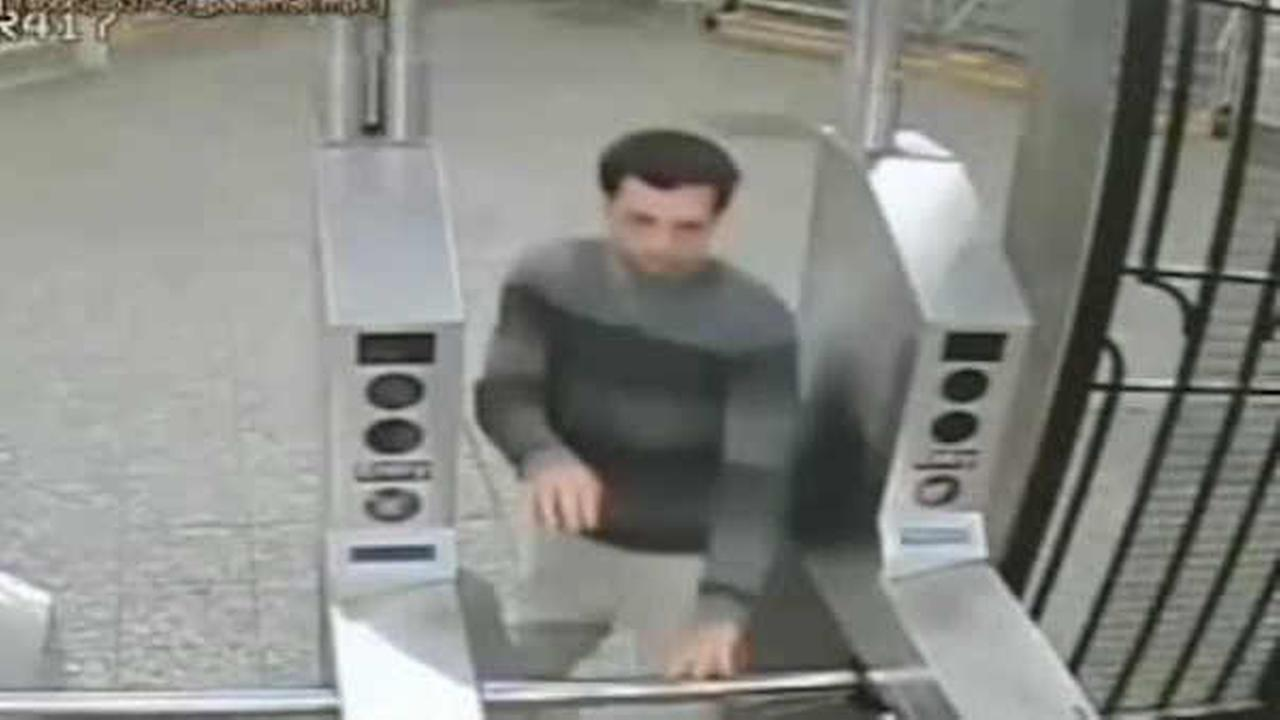 Police looking for suspect in spree of Bronx subway cell phone robberies