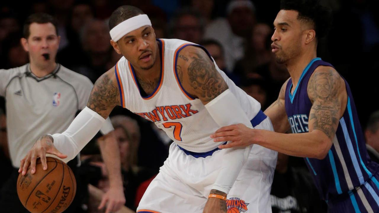 Charlotte Hornets Courtney Lee (1) defends New York Knicks Carmelo Anthony (7) during the first half of an NBA basketball game Wednesday, April 6, 2016, in New York.
