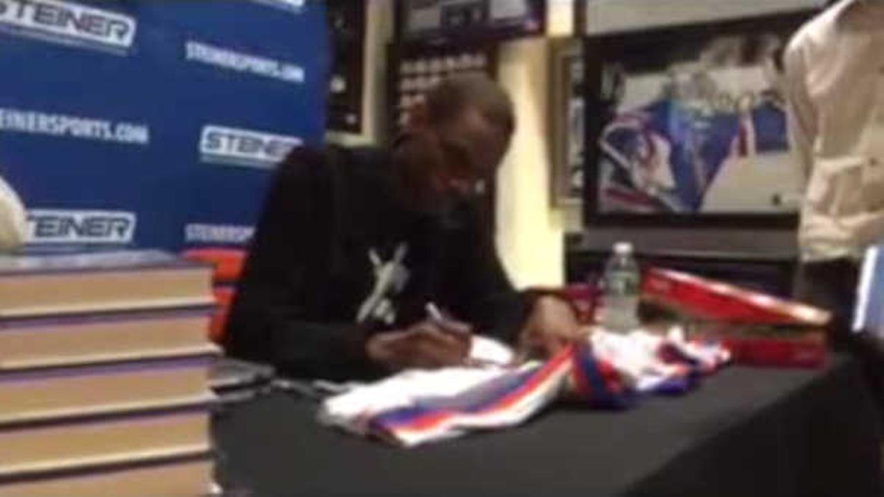 Dwight Gooden signs autographs on Long Island amidst cocaine allegations
