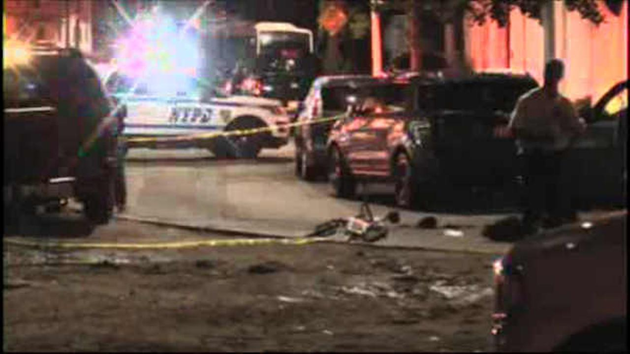Off-duty officer fatally shoots man trying to rob him in Queens