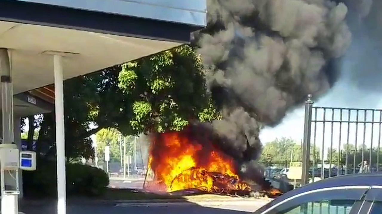 1 dead, 1 injured after small plane crashes, bursts into flames in East Hartford, CT