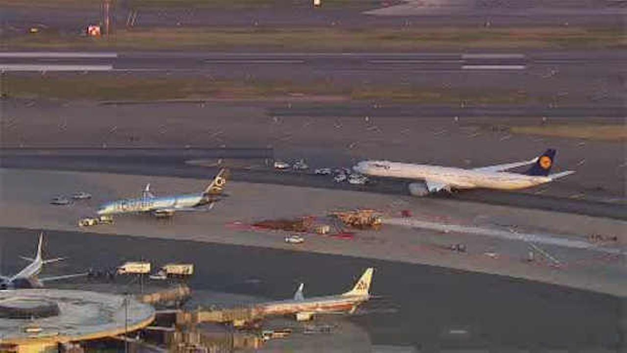 2 planes clip wings on ground at Newark Airport