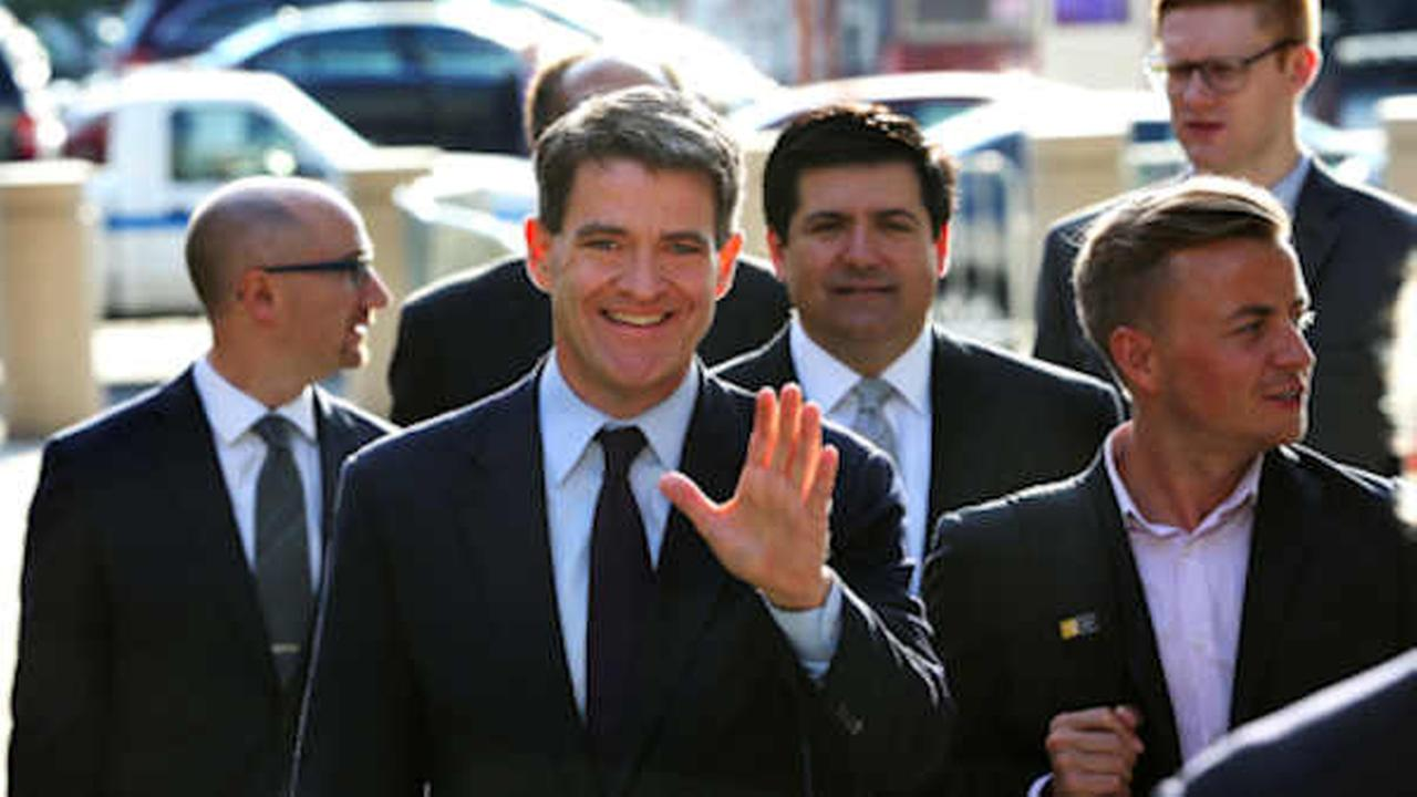 Bill Baroni, Gov. Chris Christies former top appointee at the Port Authority of New York and New Jersey, waves as he arrives with his attorney (AP Photo/Mel Evans, File)