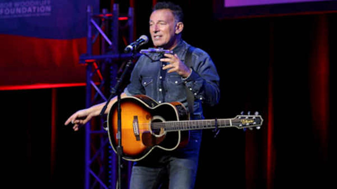 New Jersey bikers come across Bruce Springsteen stranded on side of road