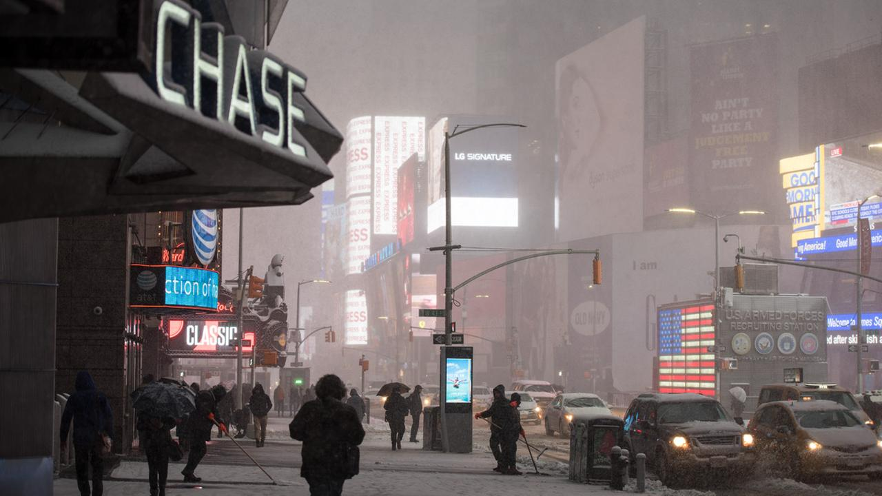 360 view: Winter storm blasts Times Square in NYC with snow
