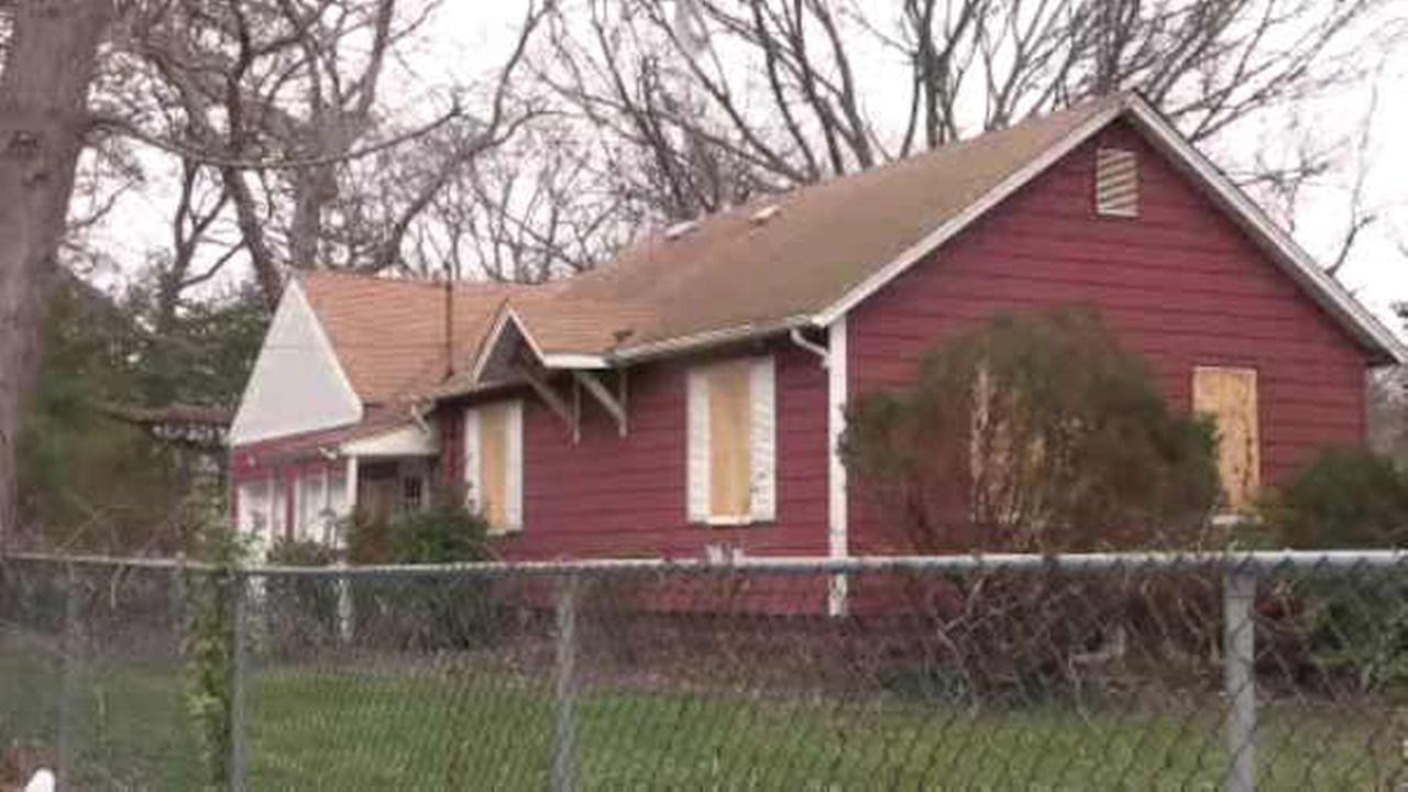 A mans body was found inside an abandoned home in Wyandanch.