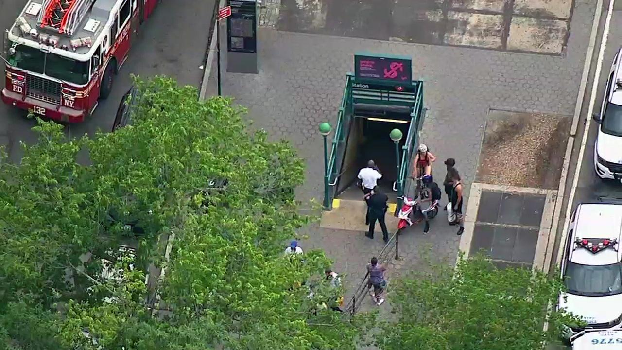 Man dies after falling onto train tracks while walking between No. 5 subway cars
