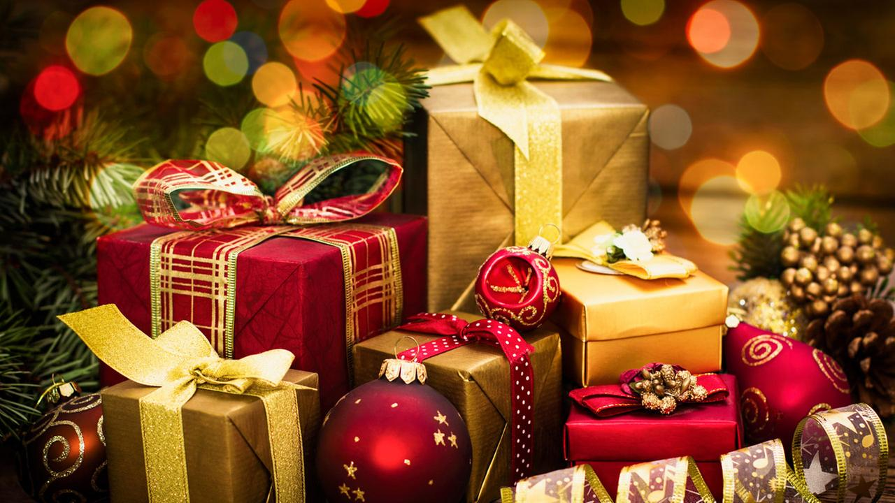 Teacher raises money to buy entire school Christmas gifts in ...