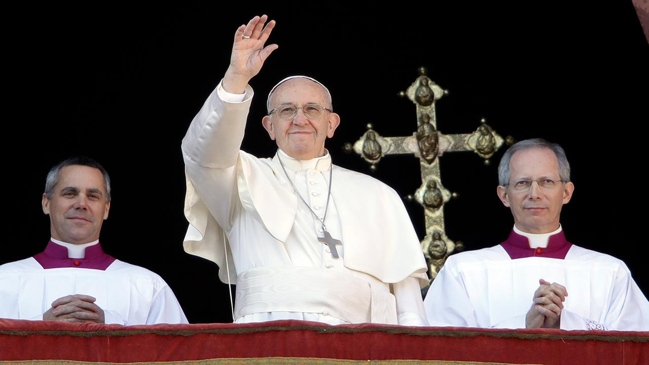 Pope Francis waves to faithful during the Christmas day blessing from the main balcony of St. Peters Basilica at the Vatican, Dec. 25, 2017. (AP Photo/Alessandra Tarantino)