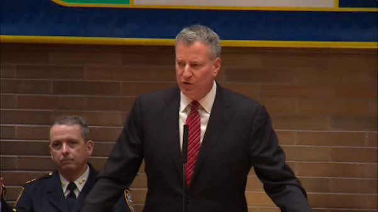 Mayor de Blasio refers to deaths of 2 NYPD officers in first holiday message
