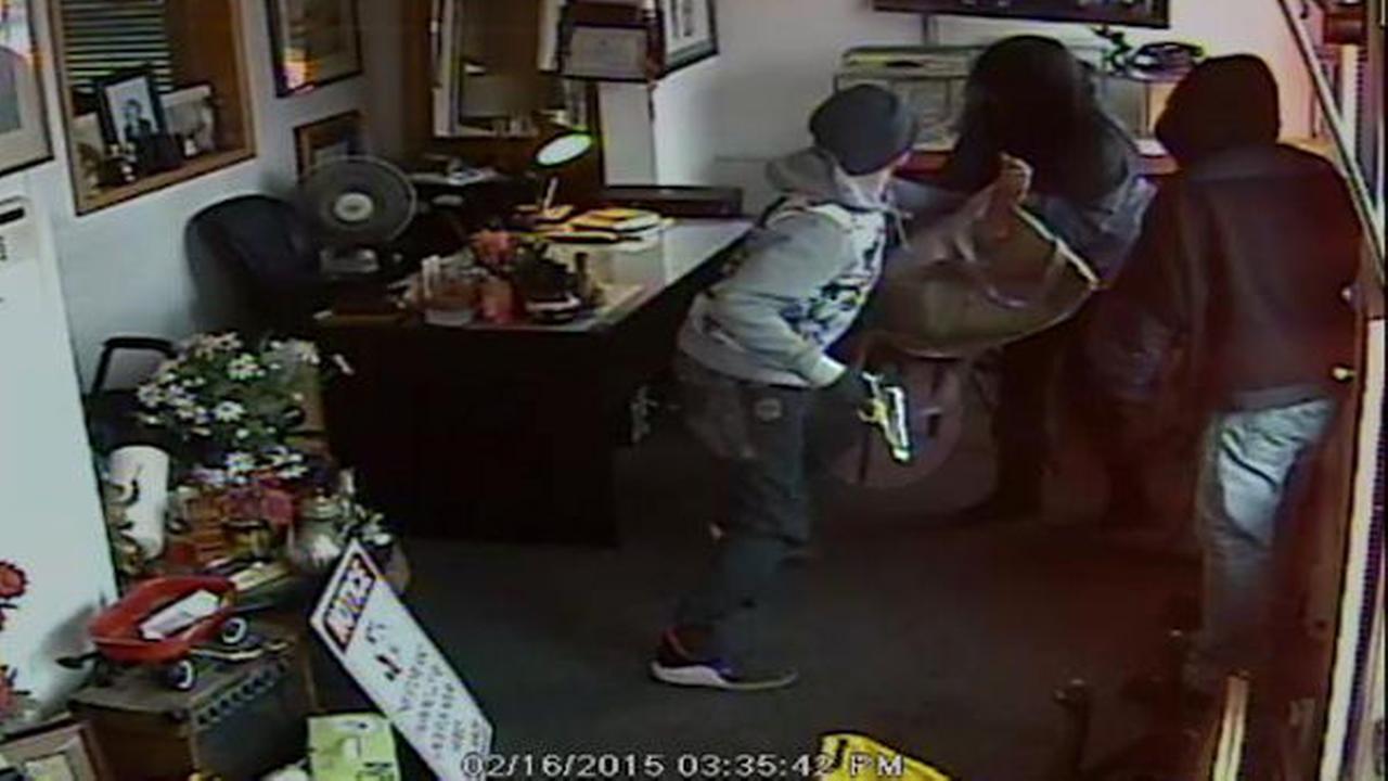 2 men robbed Hicksville pawnshop, attacking store employee