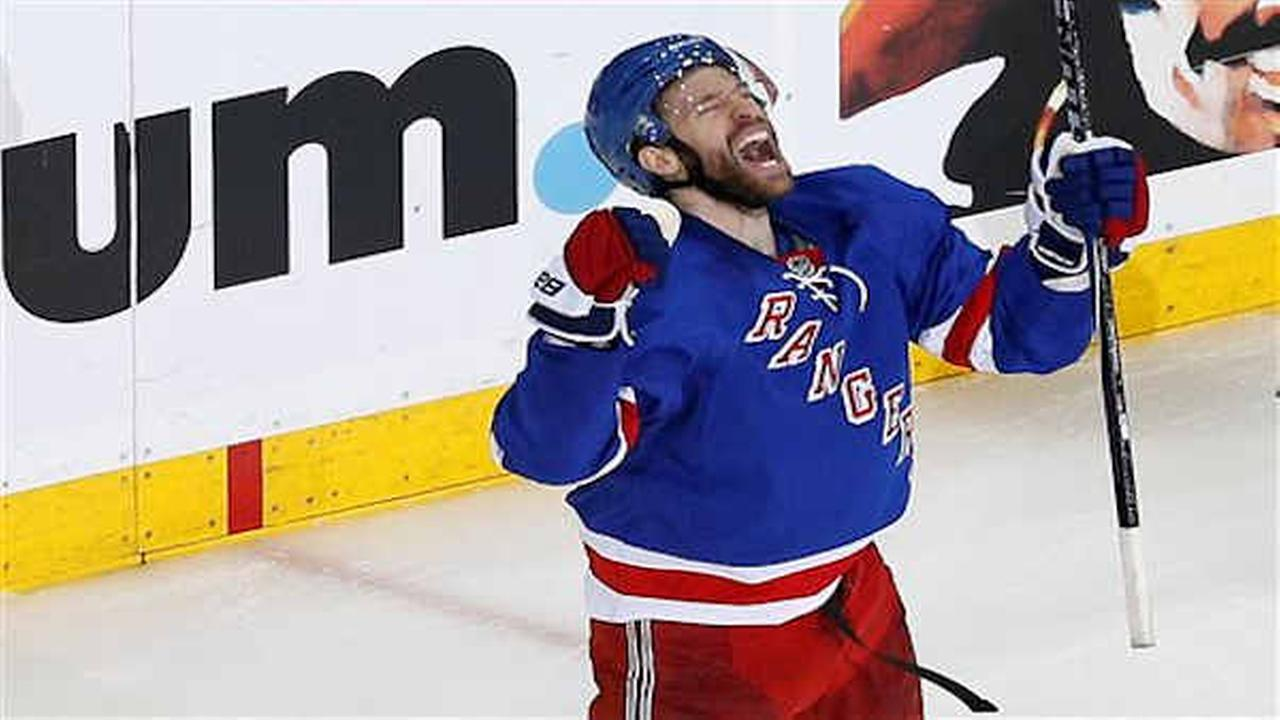 Moore scores late, Rangers beat Lightning 2-1 in Game 1