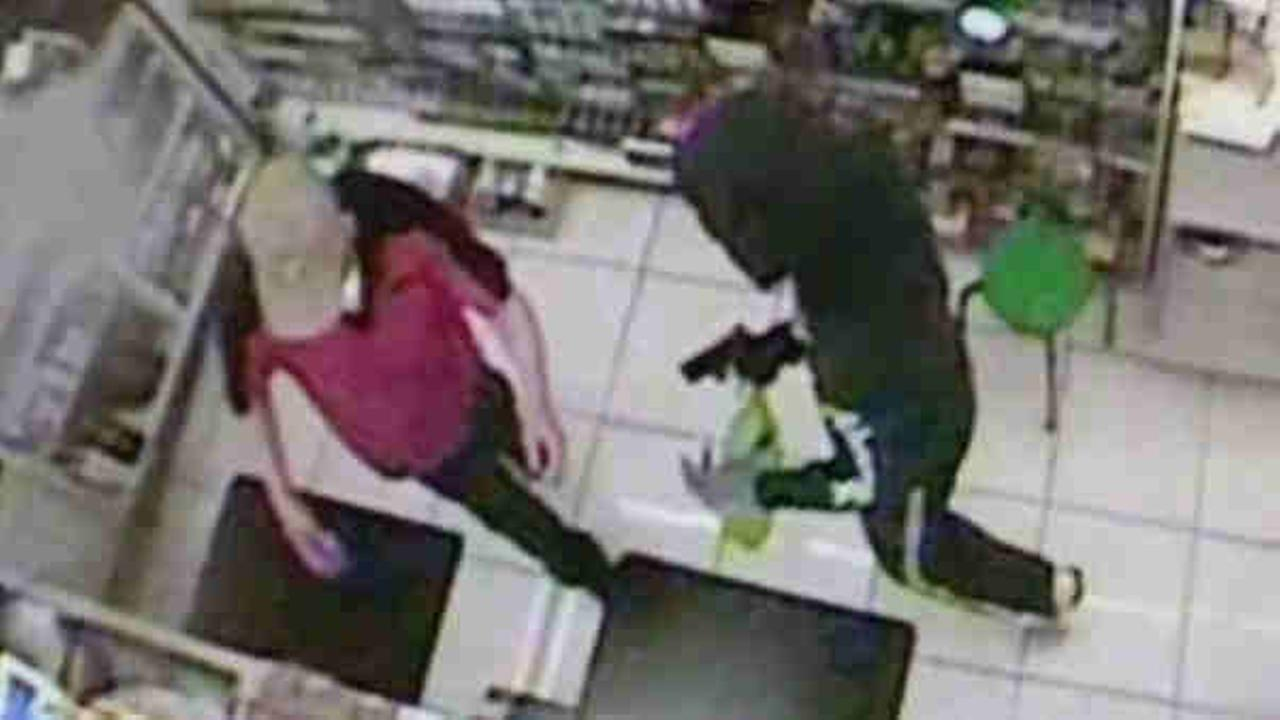 Armed man robs a 7/11 store in Lodi