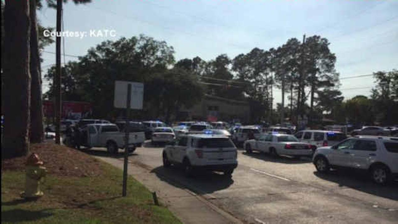 Police officer fatally shot, 3 others stabbed in Louisiana; reportedly near convenience store