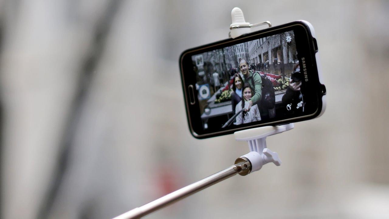 Selfie sticks, alcohol, umbrellas among 20 items banned at pope events in NYC