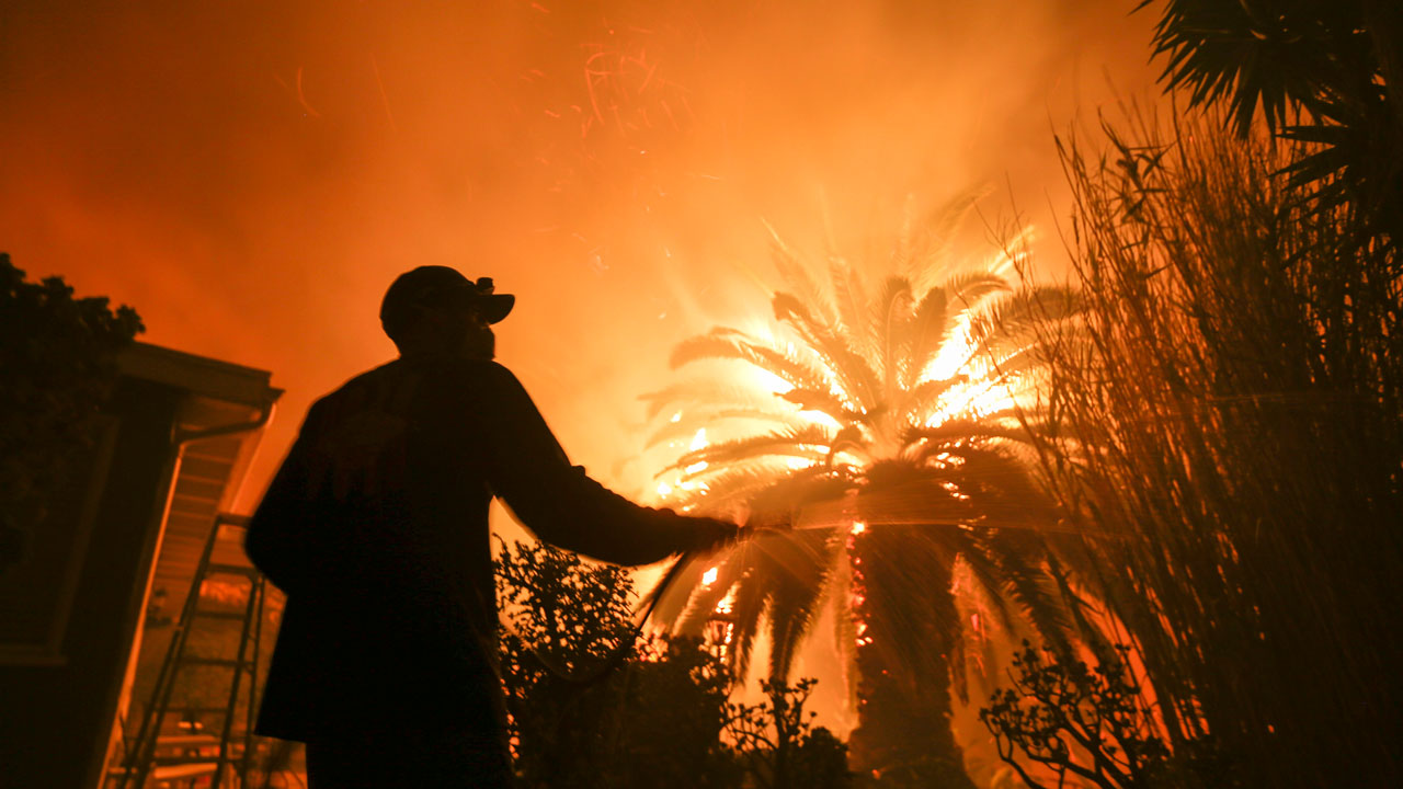 2 killed in southern california fire that s doubled in size
