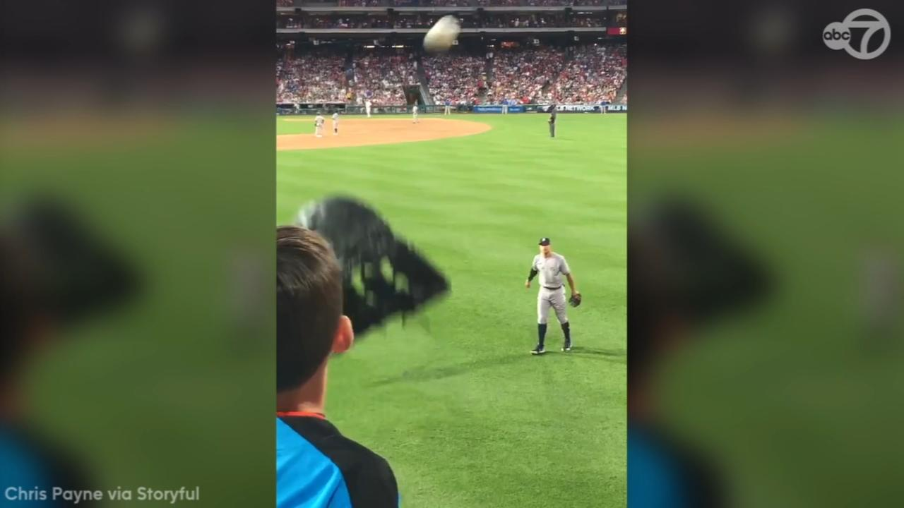 Aaron Judge plays catch with young fan during Yankees game