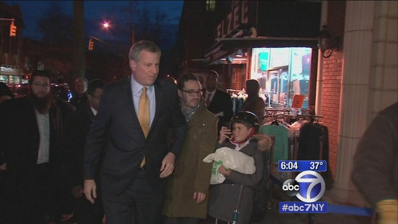 Mayor meets with Jewish community as Crown Heights stabbing victim continues recovery