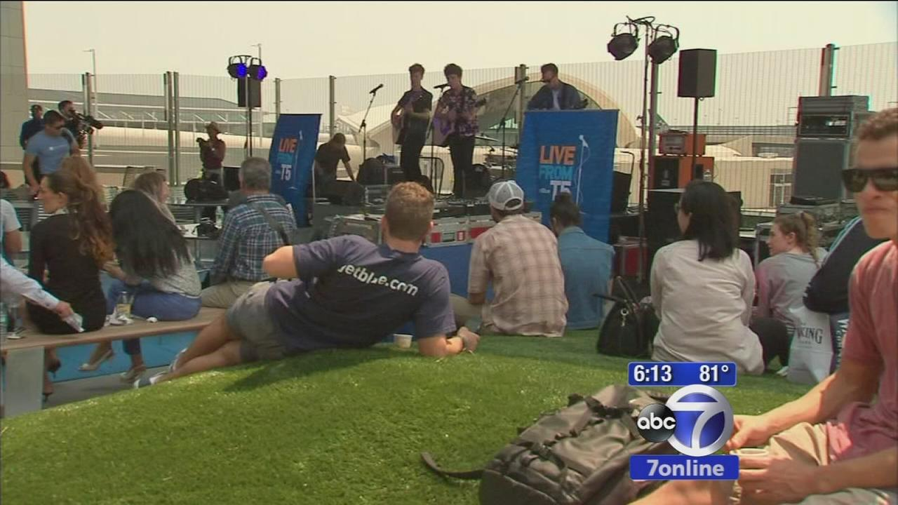 JetBlue opens new outdoor rooftop lounge at Kennedy Airport