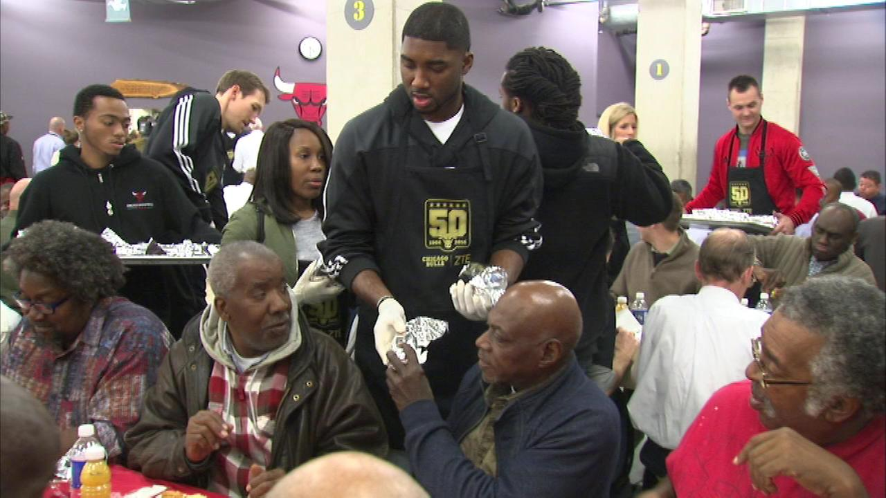 Chicago Bulls players volunteer to help feed homeless
