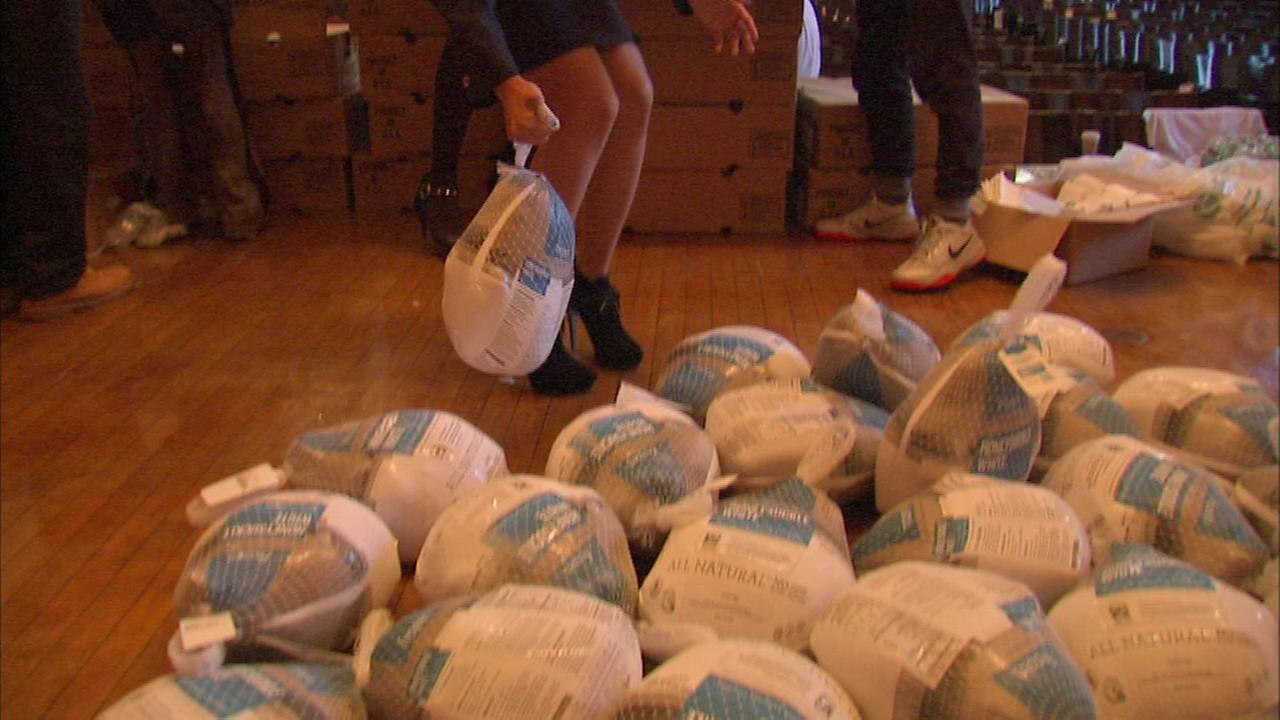 Chicago Muslims donate turkeys to needy