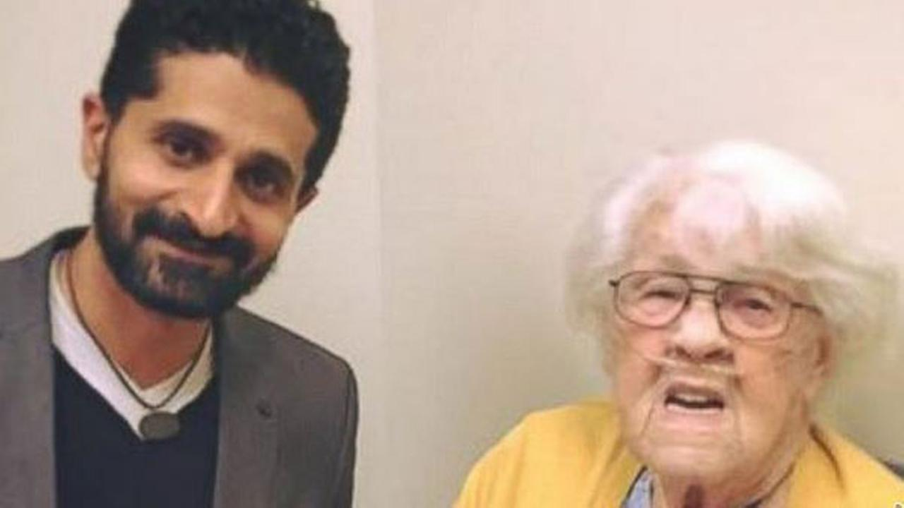 Elderly woman gives presents to Muslim doctor in show of solidarity against Trump
