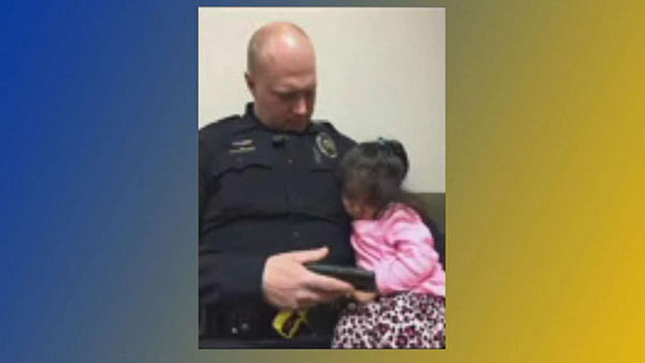 Video captures officer babysitting toddler while she waits for her father in court