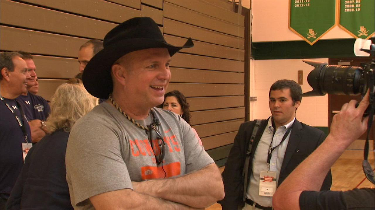 Kids at a northwest suburban basketball camp received a big surprise when Garth Brooks attended Saturdays session.