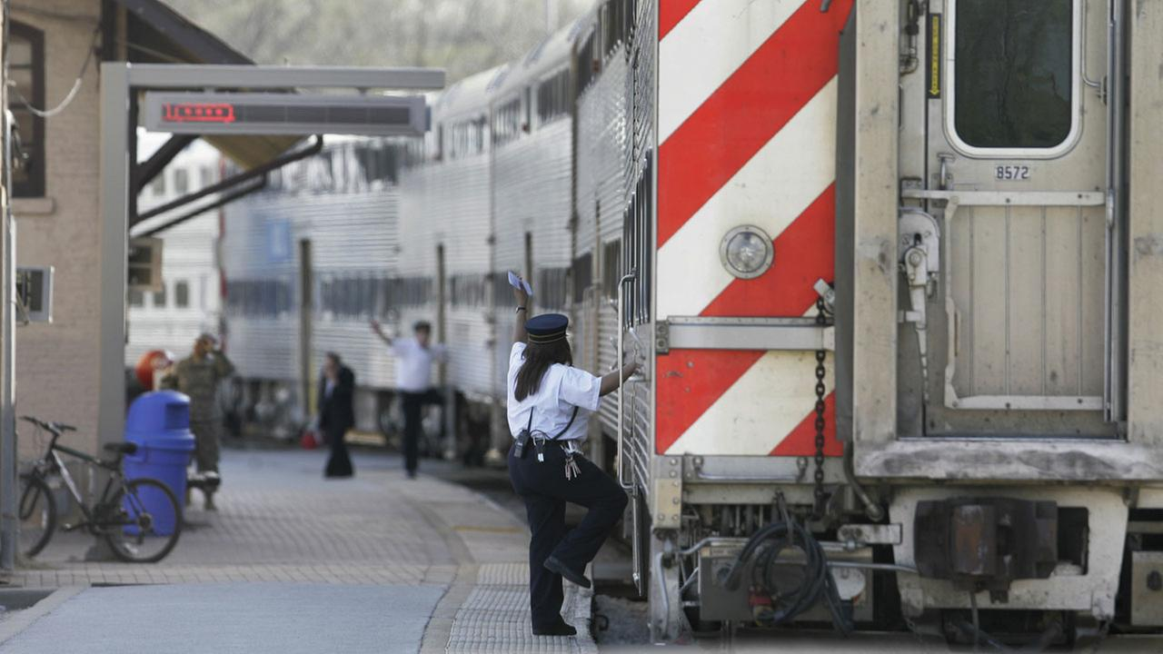 Metra conductors give the all-clear sign in Blue Island, Ill. (FILE)