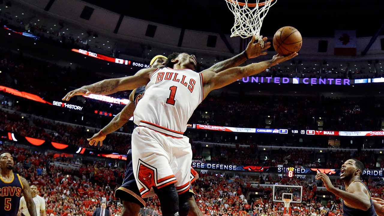 Chicago Bulls guard Derrick Rose drives to the basket past Cleveland Cavaliers forward LeBron James during the second half of Game 3 in Chicago on May 8, 2015.