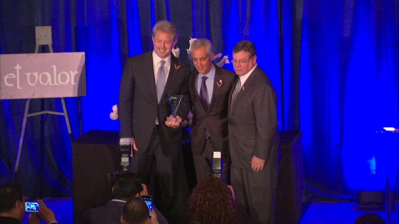 El Valor hosted its annual Don Quixote Dinner to honor individuals who make significant contributions to the groups community, including Mayor Rahm Emanuel.
