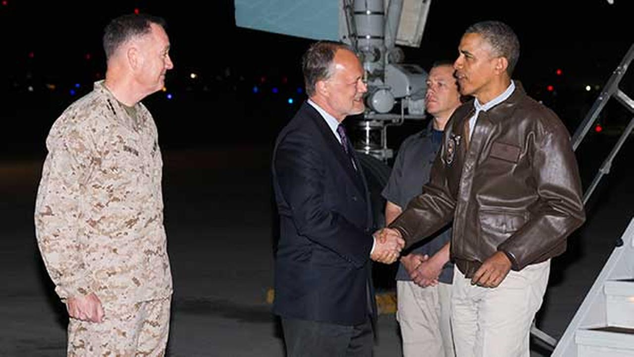 Obama brad paisley visit us troops in afghanistan abc7chicago obama brad paisley visit us troops in afghanistan m4hsunfo