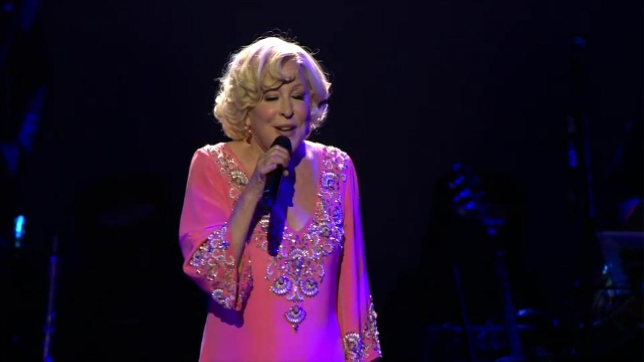 Bette Midler entertains fans at the United Center.