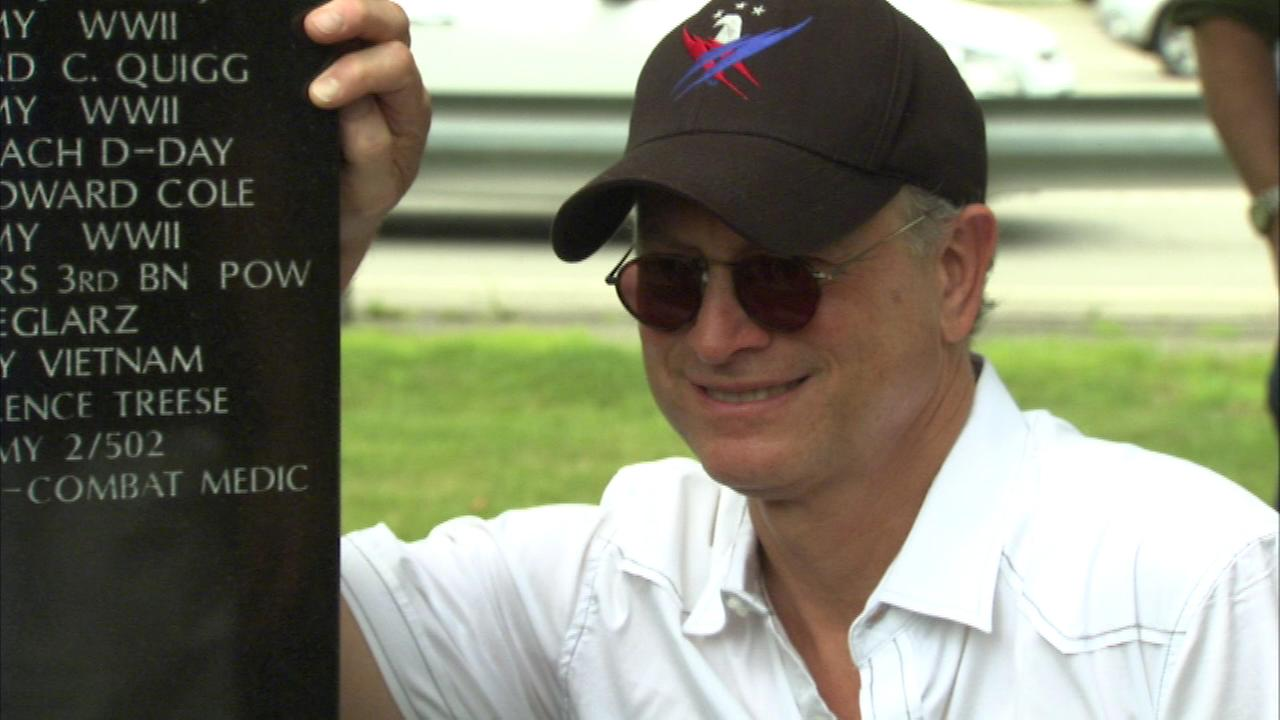 Actor Gary Sinise saluted Vietnam vets in south suburban Lansing Sunday, making a donation to the veterans memorial.