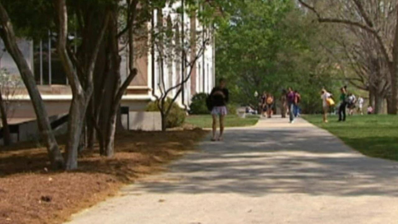 Parents paying more for college expenses - voluntarily, report says