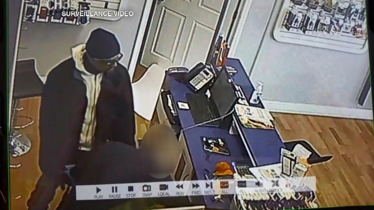 String of robberies at Chicago cellphone stores