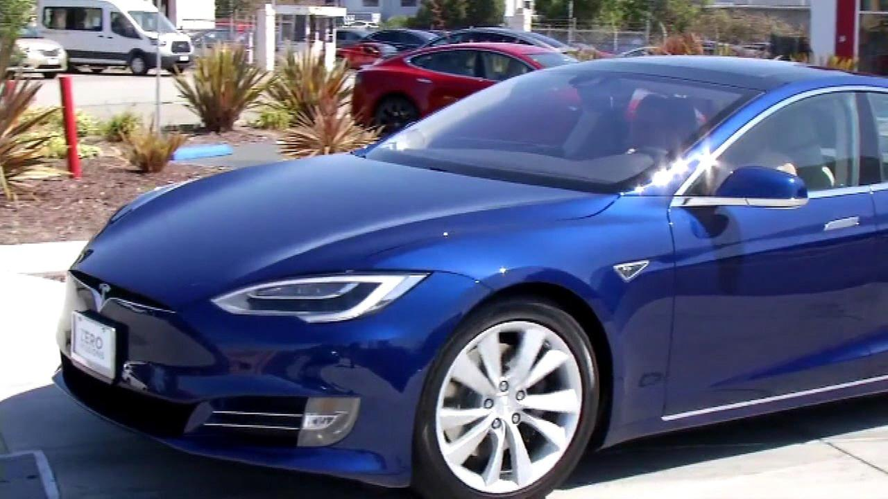 Consumer Reports calls for Tesla to disable Autopilot