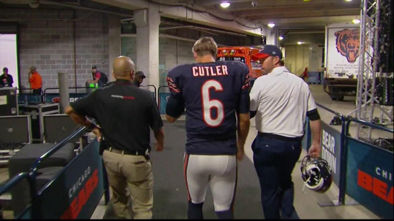 Chicago Bears quarterback Jay Cutler leaves field with injured hand
