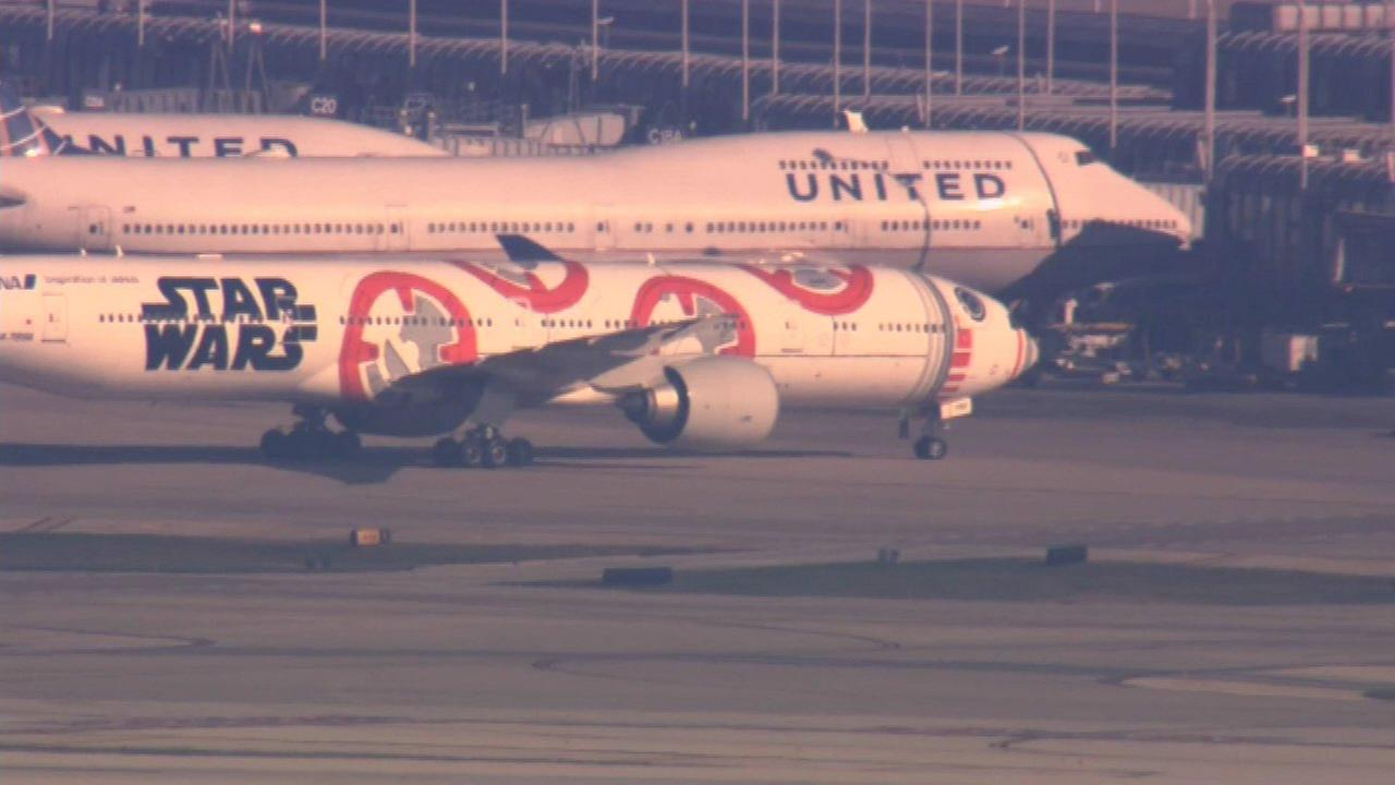 Firefighters respond to report of smoke in cockpit at O'Hare