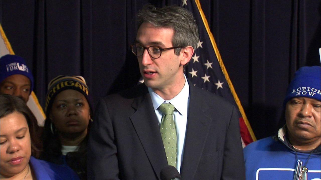 Lawmaker unveils plan to hike Illinois minimum wage to $15