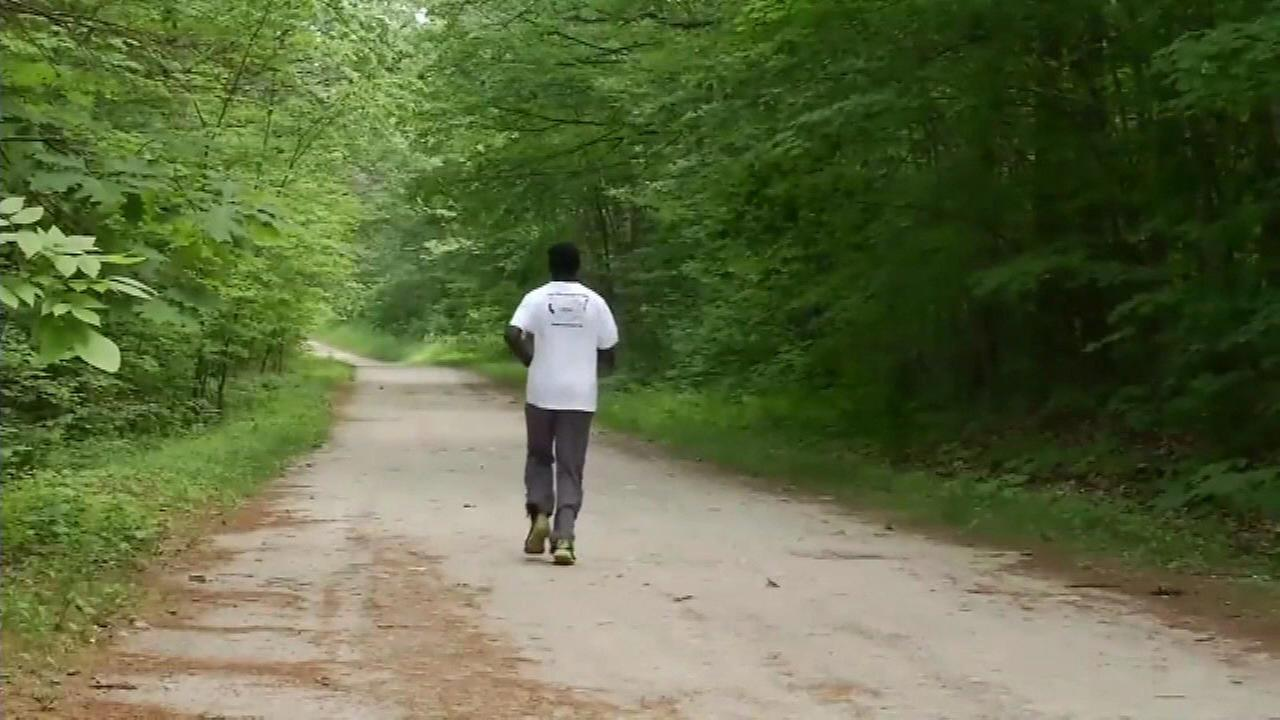Professional runner outruns 2 bears while training in woods