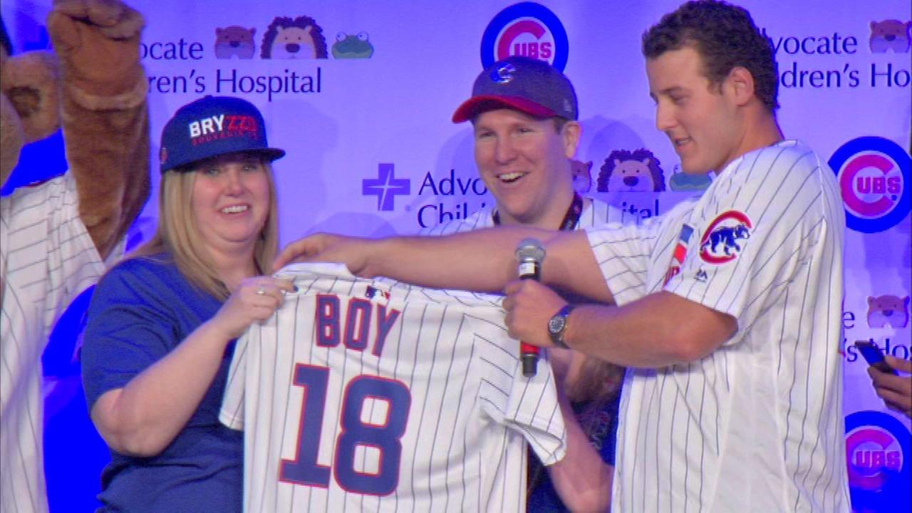 Cubs players help with 'gender reveal' for Houston family