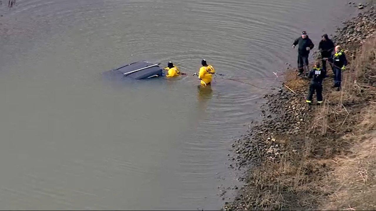 Vehicle plunges into Tinley Park pond