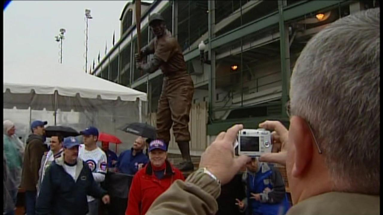 Statue of Ernie Banks will be in Daley Plaza Wednesday