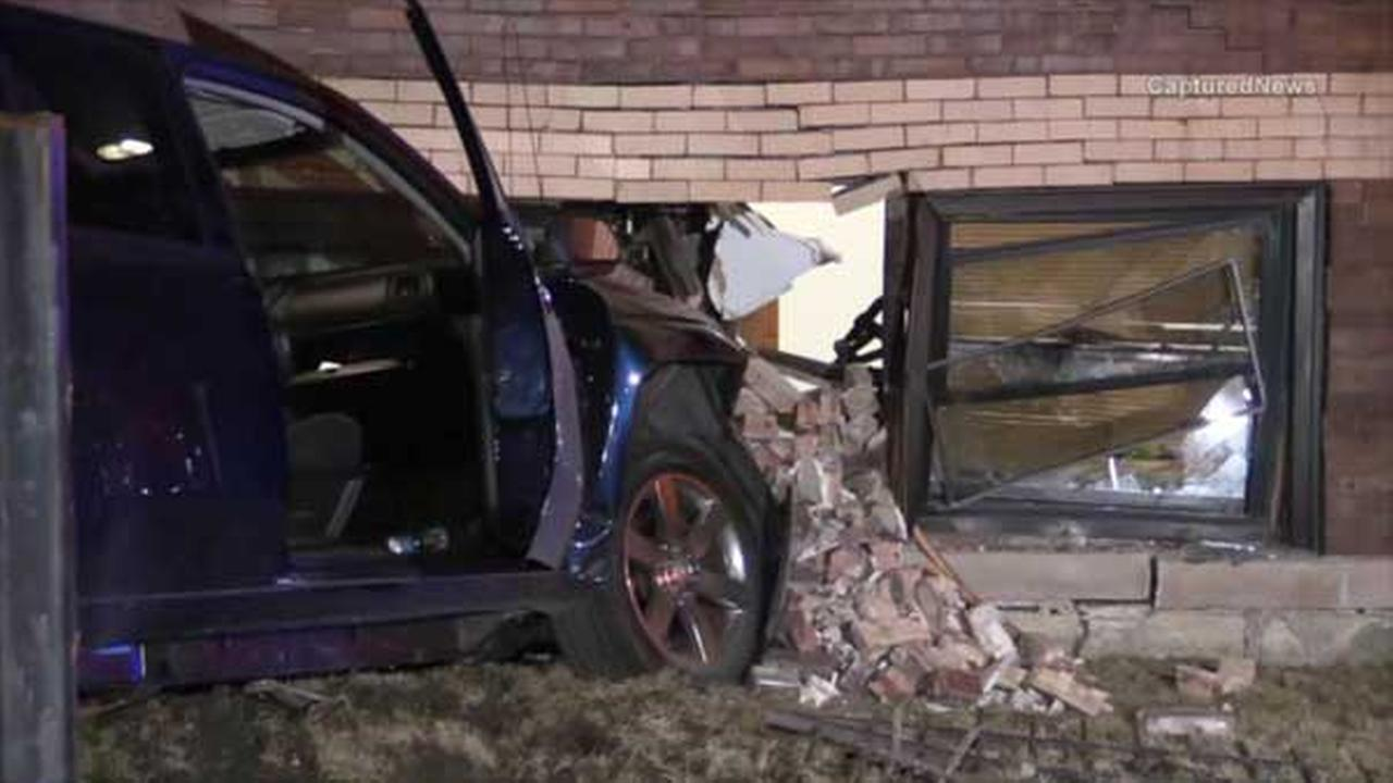 SUV crashes into West Garfield Park apartment