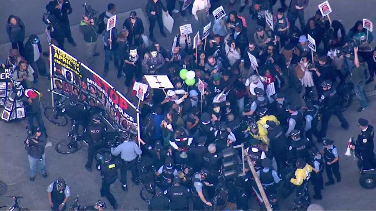 Police arrest 5 protesters for blocking Loop traffic